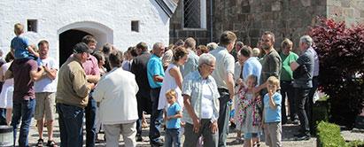Foto: Generationer uden for en kirke